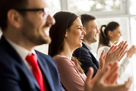 Publikum lacht und staunt bei Zaubershow zum Firmenjubiläum in NRW