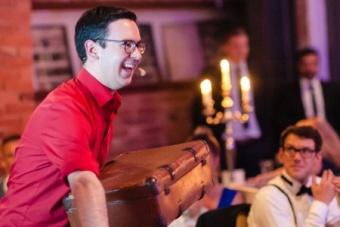 Zauberer aus dem Ruhrgebiet begeistert Mitarbeiter auf Weihnachtsfeier in Dortmund